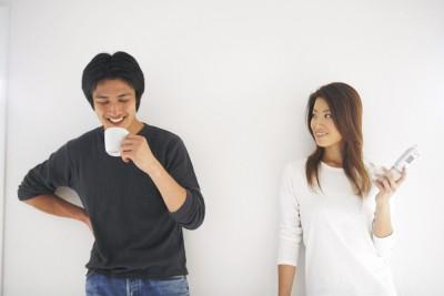 コーヒーを飲み談笑する男女