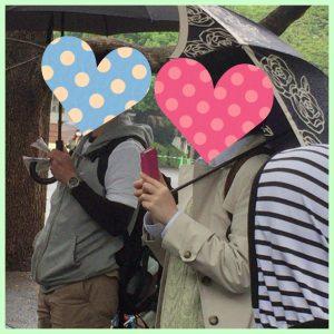 パンダを見るカップル