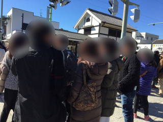 鎌倉散策中の男女