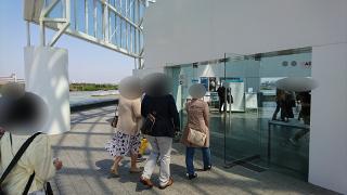 水族館でグループ散策