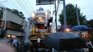雨の中の山車