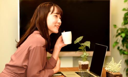 パソコンとくつろぐ女性